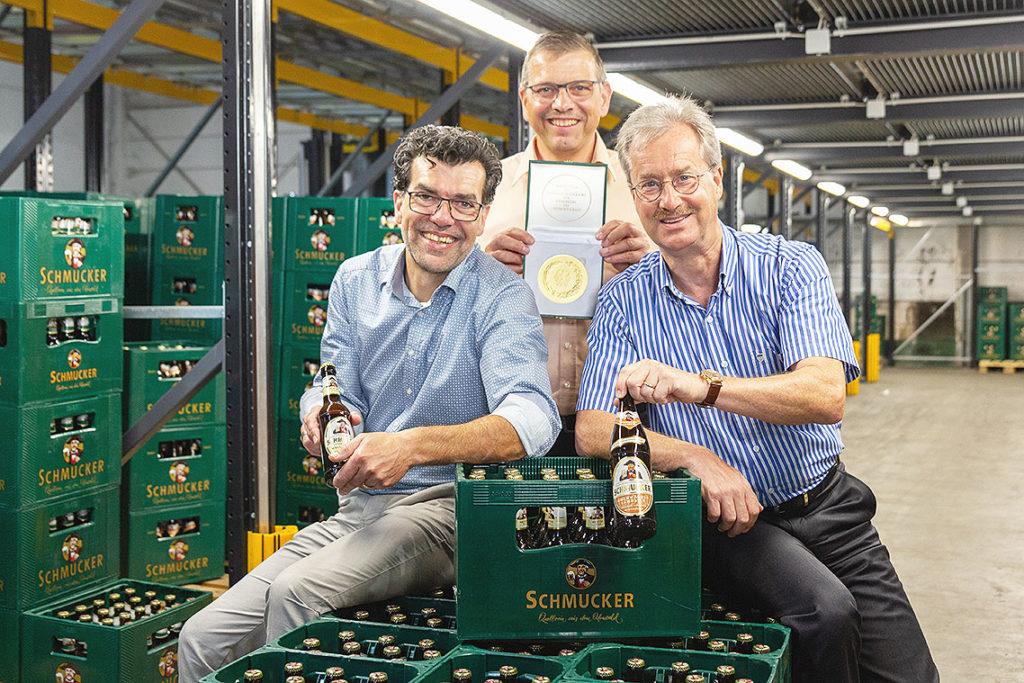 """Bundesehrenpreis in Gold, als """"Brauerei des Jahres 2020"""" für die Privat-Brauerei Schmucker: (v.l.n.r. Rainer Heilmann / Gesamtvertriebsleiter, Klaus Monitzer Braumeister, Willy Schmidt/Geschäftsführer)"""