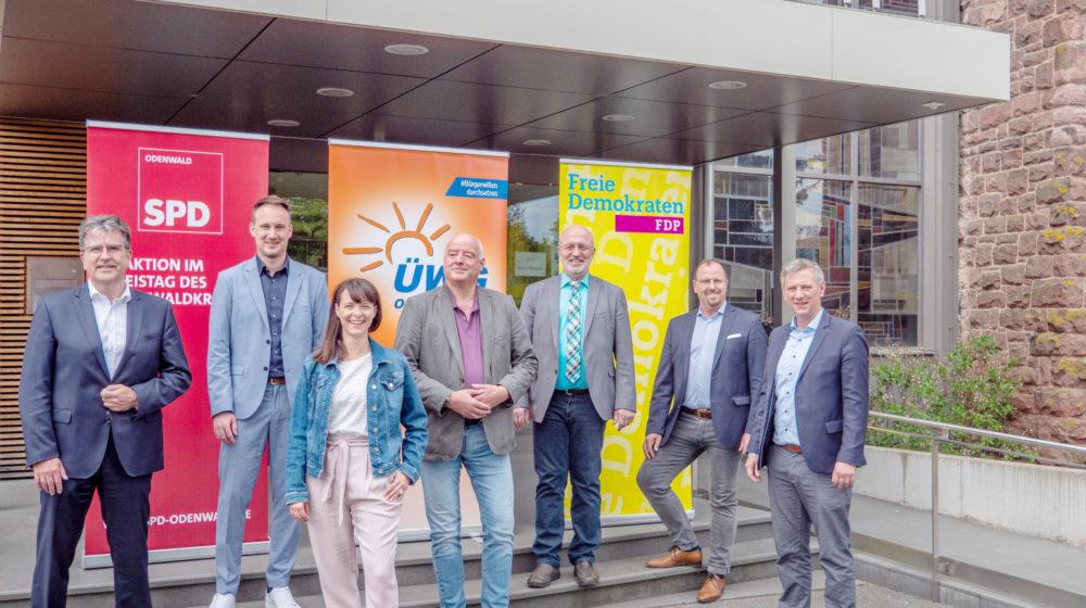Die Modernisierungspartner (von links): Rüdiger Holschuh (SPD-Kreisvorsitzender), Raoul Giebenhain (SPD-Fraktionsvorsitzender), Rekha Krings (stellvertretende SPD-Fraktionsvorsitzende), Michael Gänssle (ÜWG-Kreisvorsitzender), Georg Raab (ÜWG-Fraktionsvorsitzender), Dr. Alwin Weber (FDP-Kreisvorsitzender), Moritz Promny (FDP-Fraktionsvorsitzender). Foto: Konrad Kißling